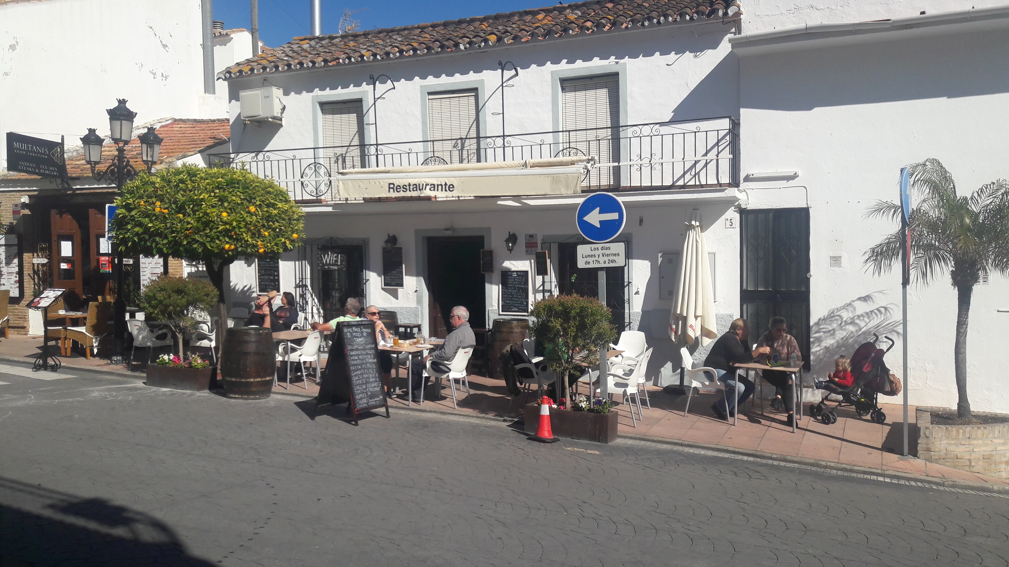 Anna's bar restaurant benahavis